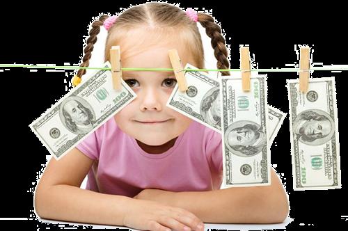Ребенок играет с деньгами