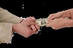Семейная пара делит деньги
