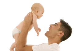 Отец держит на руках маленького ребенка