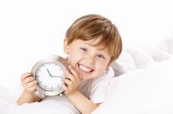Ребенок с часами в руках