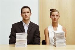 Супружеская пара со стопкой бумаг